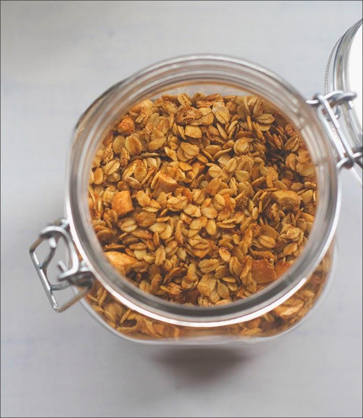 Selbstgemachtes Knuspermüsli mit Cashews und Kokos im Bügelglas
