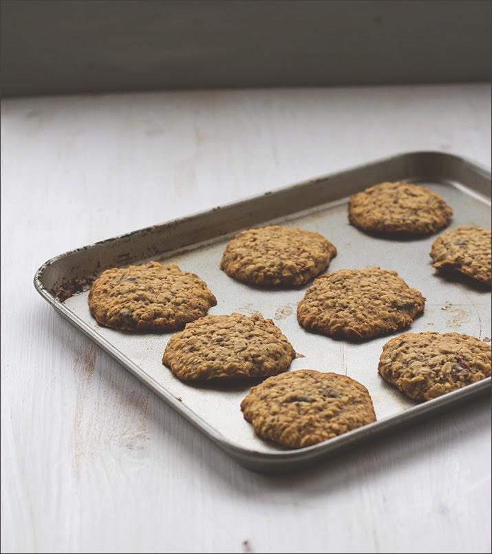 Die fertig gebackenen Granola Cookies ruhen auf dem Backblech