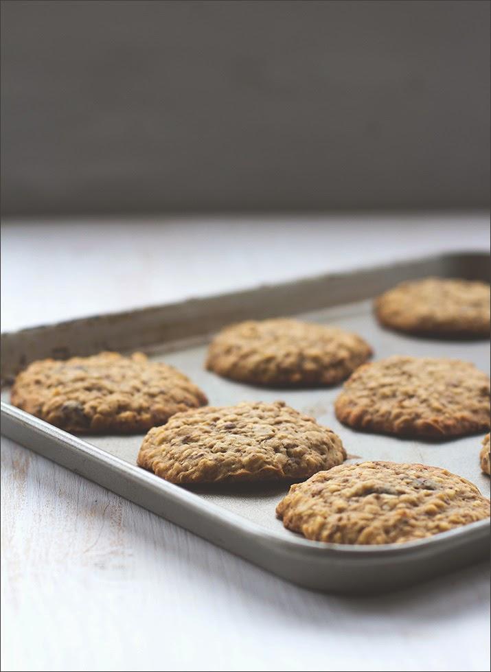 Fertig gebackene Müsli-Kekse auf einem Backblech