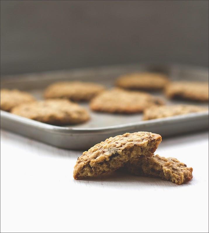 Angebrochener Müsli-Keks vor dem Backblech mit den weiteren Cookies
