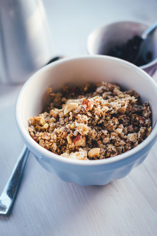 Rezept für Honig-Nuss-Granola | Mein Müsli der Woche | Leckeres Knuspermüsli mit cremigem Honig und knackigen Nüssen | moeyskitchen.com #granola #knuspermüsli #muesli #selbstgemacht #homemade #foodblogger #rezepte #frühstück #breakfast #honig #nüsse