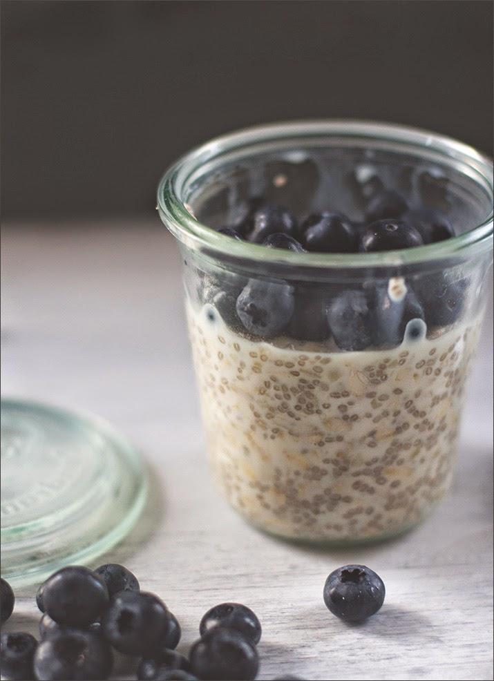 Overnight Oats: über Nacht im Kühlschrank eingeweicht und zum Frühstück mit frischen Blaubeeren serviert