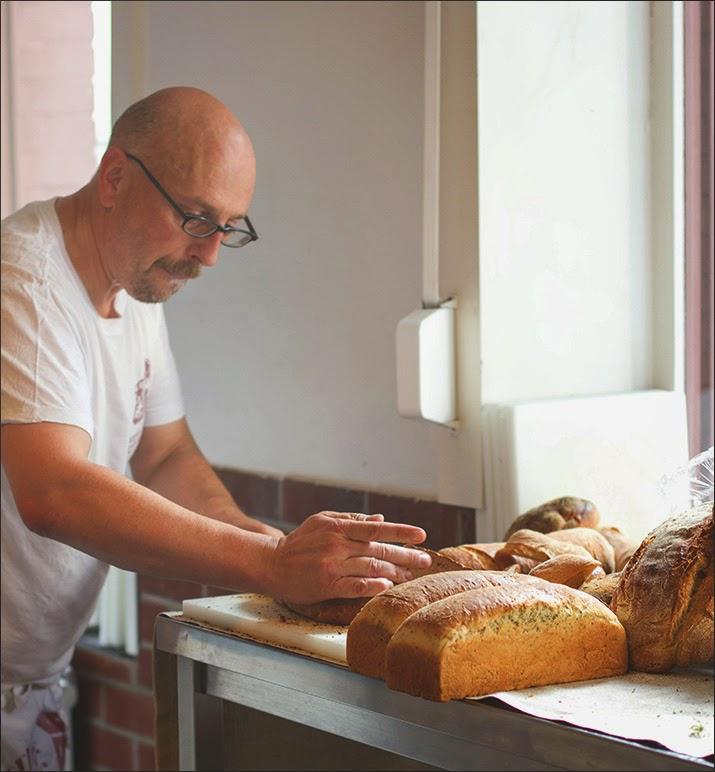 Schelli schneidet sein frisch gebackenes Brot