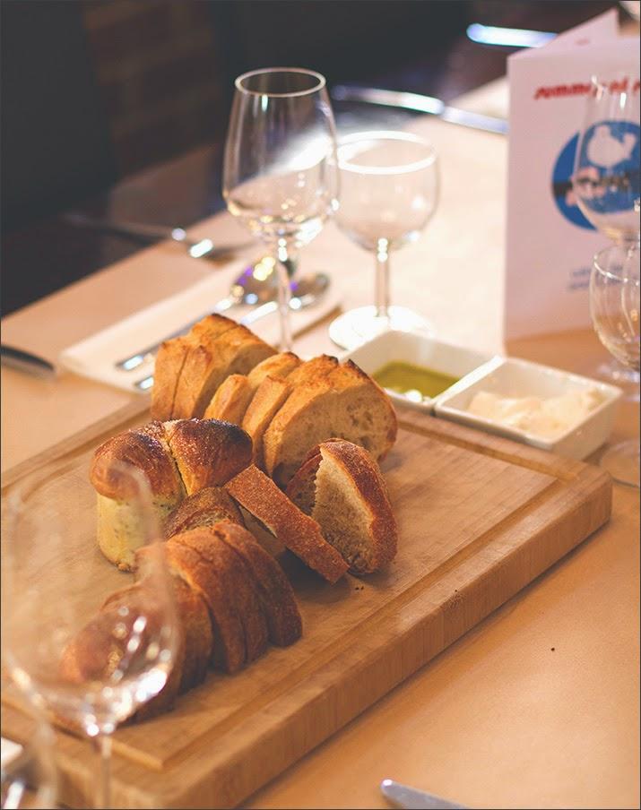 Frisch aufgeschnittenes Brot auf den Tischen