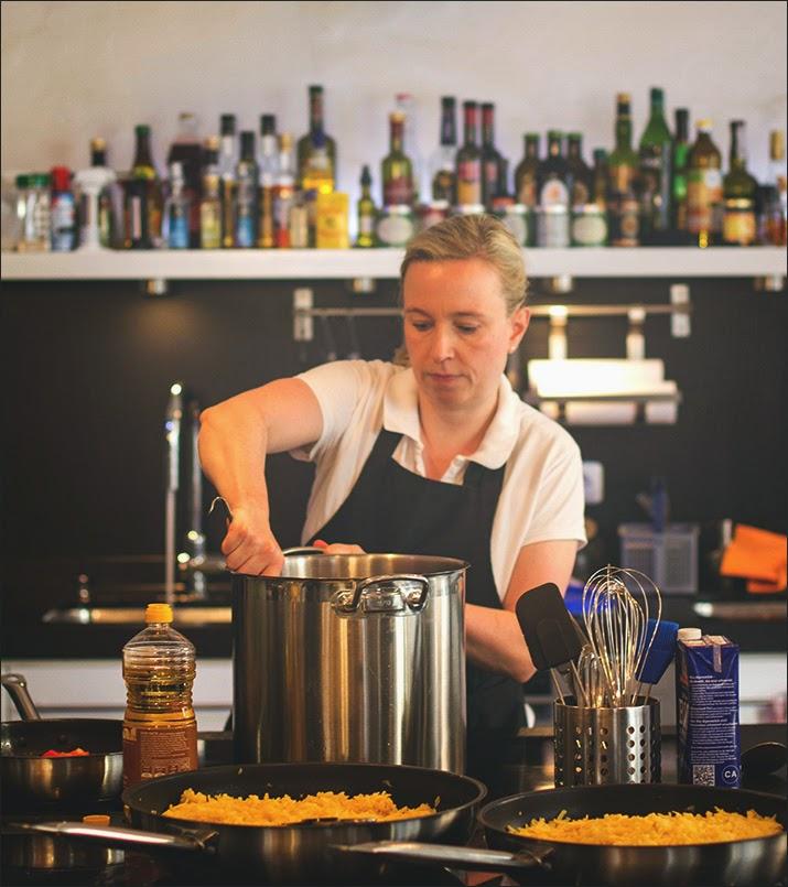 Nata rührt in einem großen Topf und bereitet das Menü für den Supperclub vor