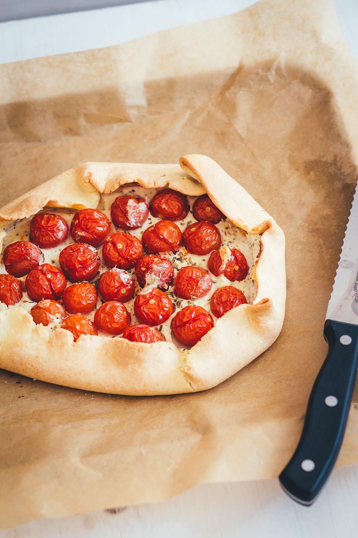 Rezept für rustikale Tomaten-Galette mit Ricotta | schnelle Feierabendküche für laue Sommerabende | moeyskitchen.com #galette #tarte #tomaten #ricotta #vegetarisch #veggie #sommerküche #feierabendküche #backen #kochen #rezepte #foodblogger