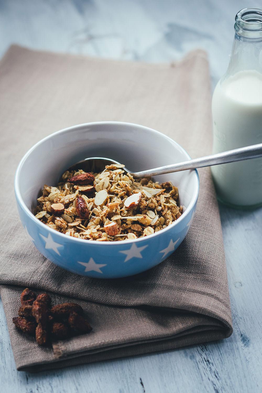 Rezept für Vanille-Mandel-Granola | Mein Müsli der Woche | Knuspermüsli mit gebrannten Mandeln | moeyskitchen.com #granola #müsli #knuspermüsli #muesli #selbstgemacht #homemade #foodblogger #rezepte #frühstück #breakfast #mandeln #gebranntemandeln #vanille #vanilla