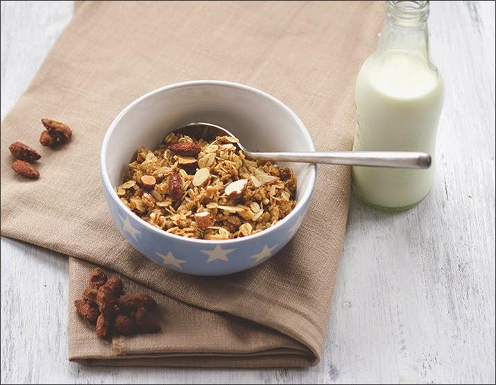 Vanille-Mandel-Granola mit dreierlei Mandeln - in einer Müslischale mit Milch serviert