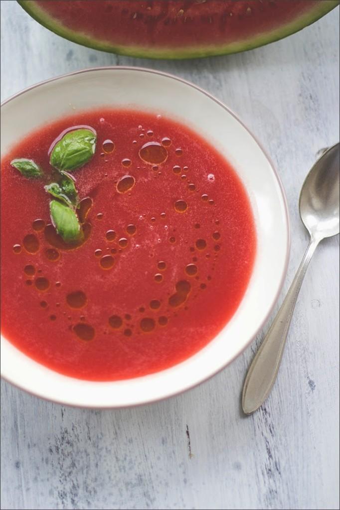 Gazpacho - kalte Suppe in einem tiefen Teller serviert, mit Basilikum und Olivenöl