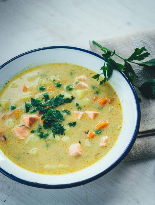 Rezept für schnelle Kartoffel-Erbsen-Suppe mit Lachs und Kokosmilch   einfache Suppe für die schnelle Feierabendküche   moeyskitchen.com #rezepte #foodblogger #suppe #erbsensuppe #kartoffelsuppe #lachs #kokosmilch #herbstrezepte #schnellerezepte #kochen