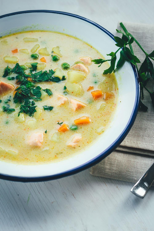 Rezept für schnelle Kartoffel-Erbsen-Suppe mit Lachs und Kokosmilch | einfache Suppe für die schnelle Feierabendküche | moeyskitchen.com #rezepte #foodblogger #suppe #erbsensuppe #kartoffelsuppe #lachs #kokosmilch #herbstrezepte #schnellerezepte #kochen