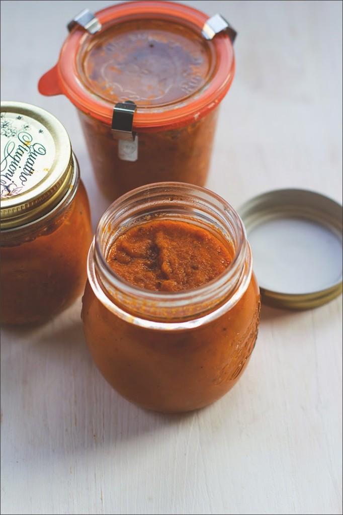 eingekochte Tomatensauce aus dem Ofen im Glas
