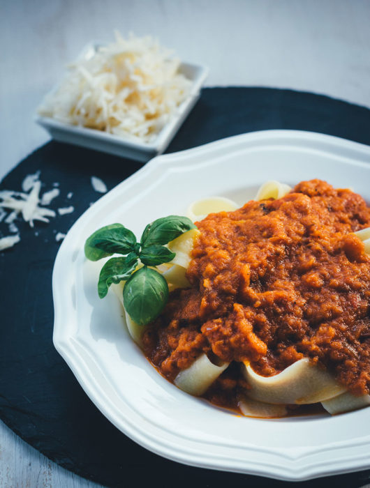 Rezept für cremige Rösttomatensauce aus dem Ofen | leckere Tomaten-Sauce - mit Tipp zum Einmachen | moeyskitchen.com #tomaten #tomatensauce #rösttomatensauce #ofen #einmachen #einkochen #pastasauce #nudelsauce #rezepte #foodblogger