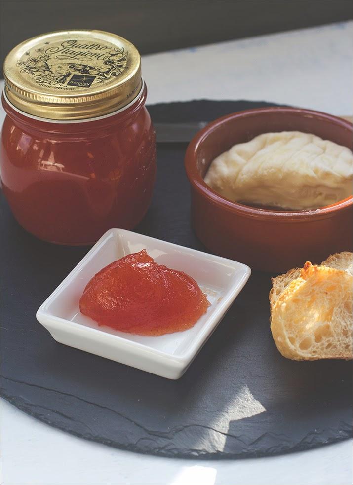 Tomatenmarmelade, serviert mit Käse und frischem Brot