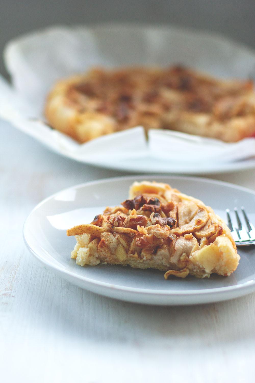 Blitzschneller Apfelkuchen mit Frischkäseguss, Walnüssen und Zimt-Zucker | moeyskitchen.com