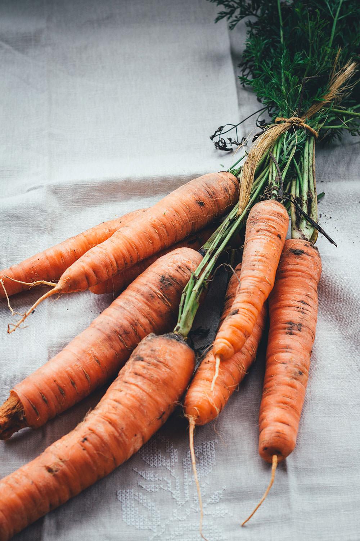 Rezept für vegetarische Möhrensuppe mit ofengerösteten Möhren, Karottensaft und Ingwer | wärmende Herbstküche | moeyskitchen.com #rezepte #foodblogger #möhrensuppe #karottensuppe #suppe #möhren #karotten #vegetarisch #vegan #veggie