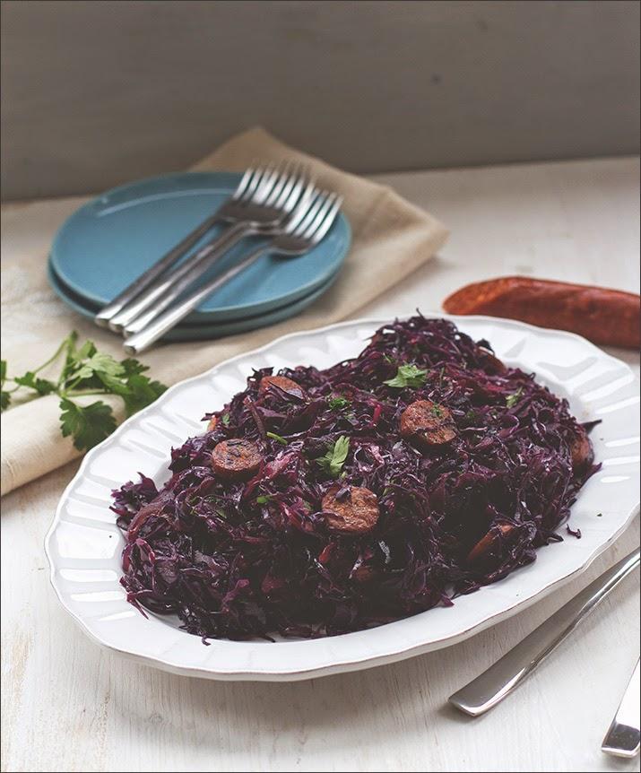 Frischer Rotkohlsalat mit Chorizo auf einer Servierplatte - nicht nur eine tolle Vorpseise fürs Weihnachtsmenü