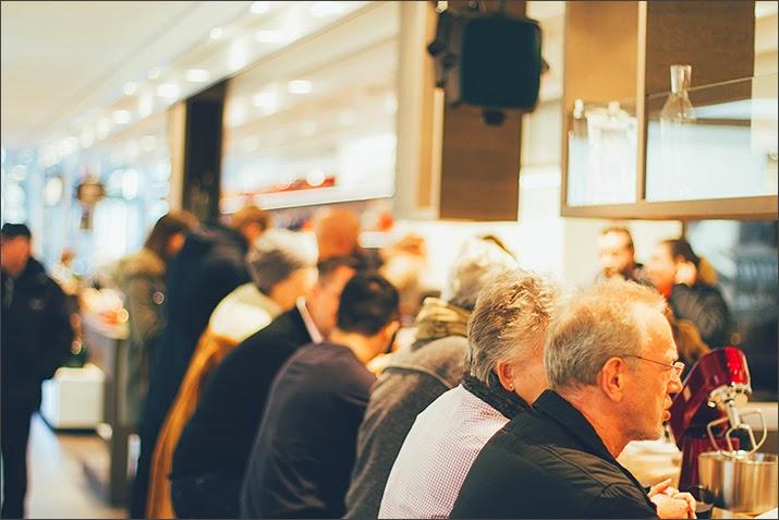 Zahlreiche Besucher in der der Küche des Zwilling Flagship Stores in Düsseldorf