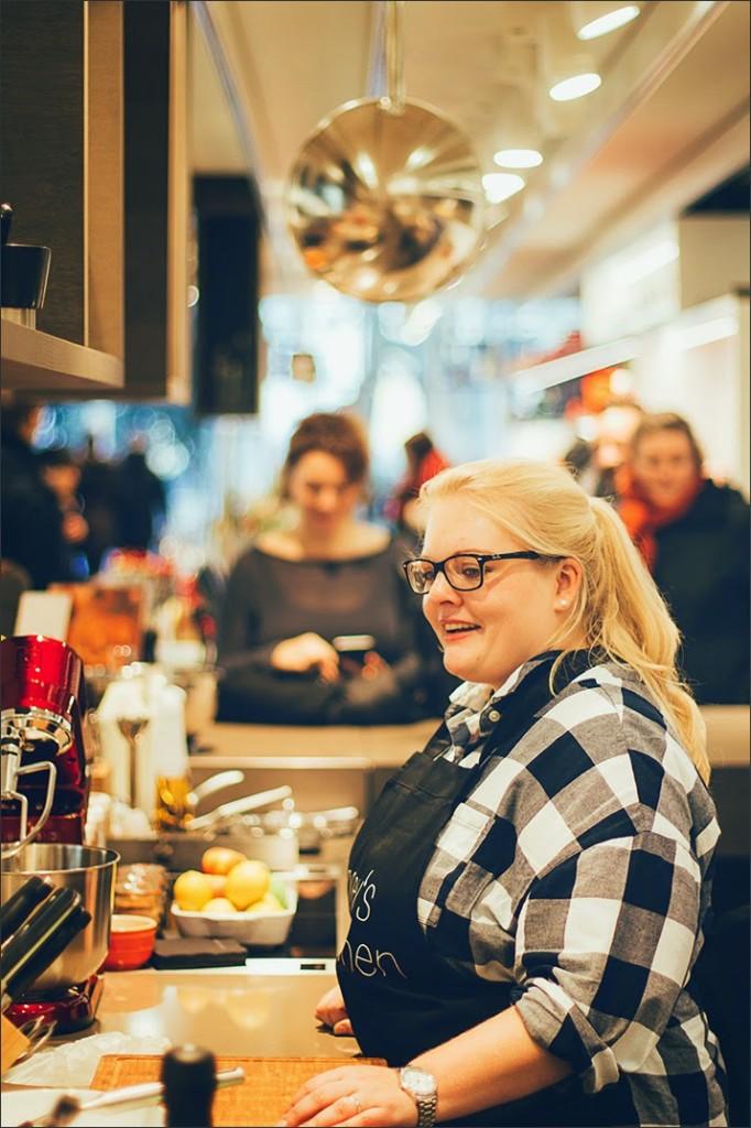 Maja von moey's kitchen kocht am verkaufsoffenen Sonntag im Zwilling Flagship Store in Düsseldorf