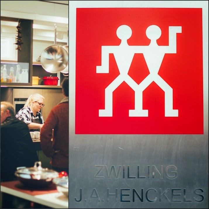 Ich stehe in der Küche im Zwilling Flagships Store in Düsseldorf, Shop-Logo von Zwilling