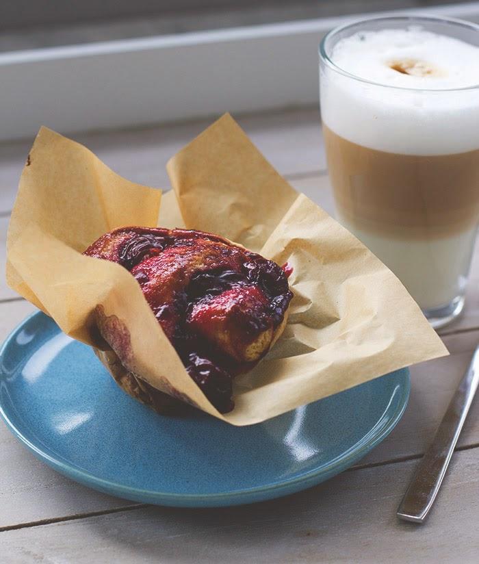 Kirsch-Scones-Schnecke, serviert mit frisch gebrühtem Latte Macchiato