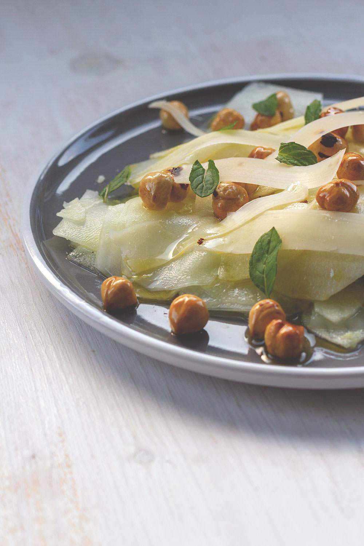Rezept für Kohlrabi-Apfel-Salat mit gerösteten Haselnüssen, frischer Minze und Parmesan | moeyskitchen.com