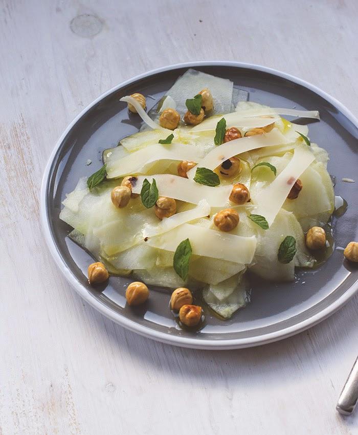 Kohlrabisalat mit Äpfeln, Haselnüssen und Minze