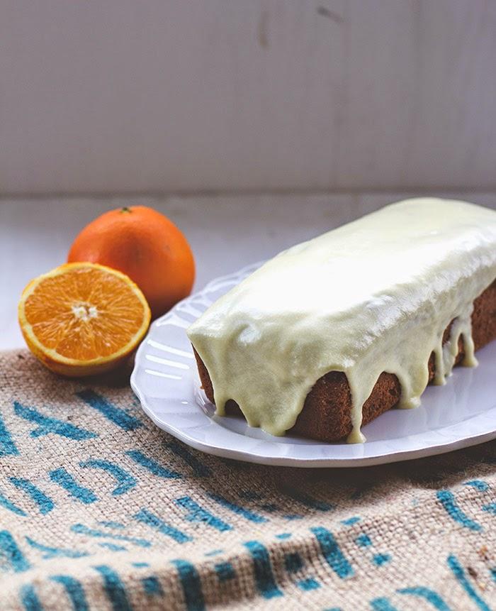 Saftiger Orangenkuchen auf einer Kuchenplatte