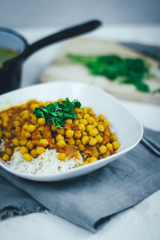 Rezept für veganes Kichererbsen-Curry mit Tomaten und Koriander | moeyskitchen.com #curry #kichererbsencurry #kichererbsen #eintopf #vegan #rezepte #foodblogger