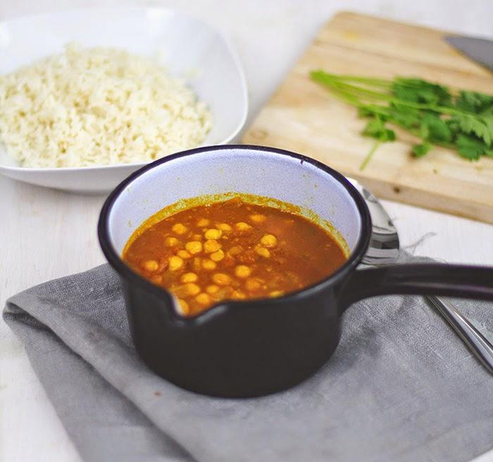 ein Topf frisch gekochtes Kichererbsen-Curry