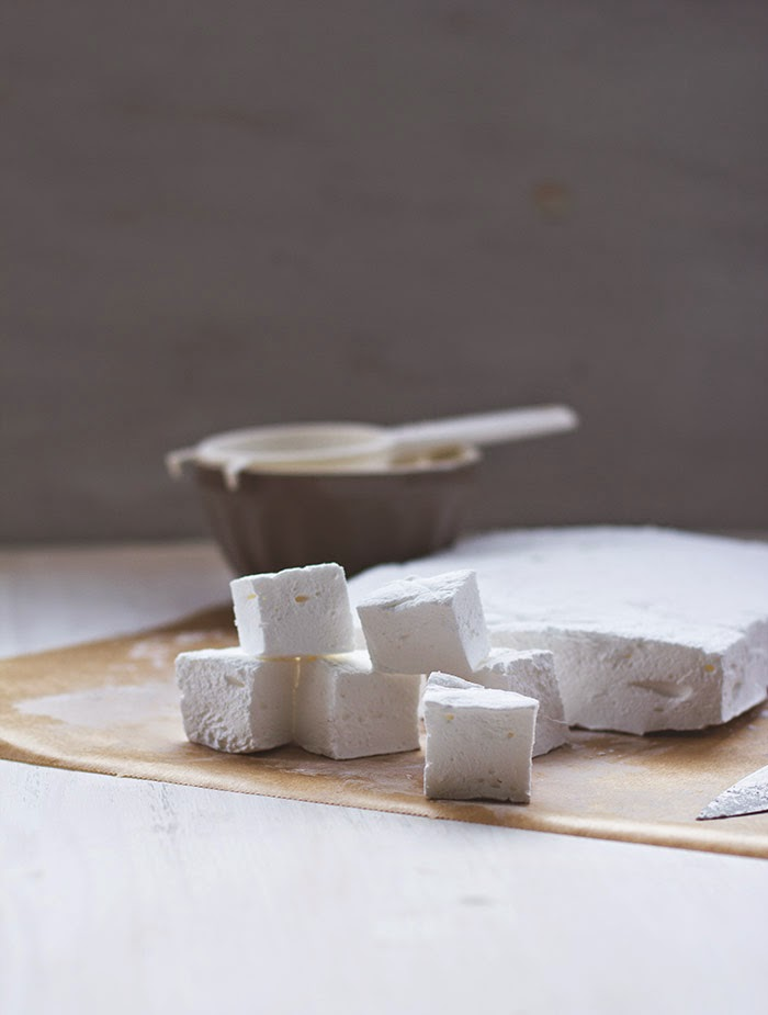 frische, homemade Marshmallows auf Backpapier