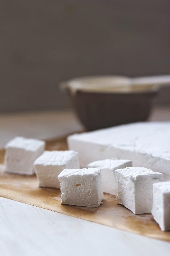 die ausgehärtete Marshmallowmasse wird nun in Würfel geschnitten