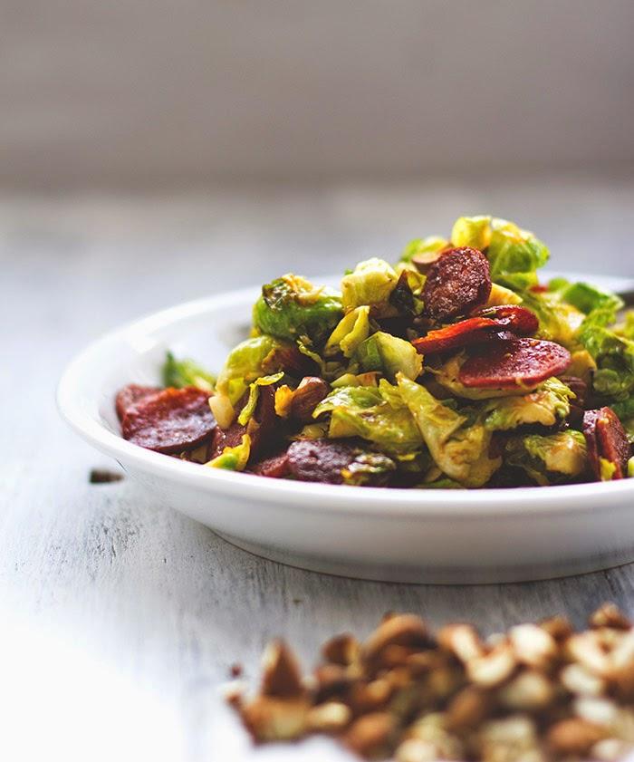 ein Teller lauwarmer Salat mit Rosenkohl, Mandeln und Chorizo