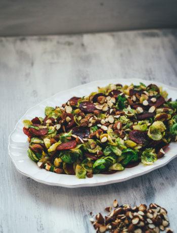 Rezept für lauwarmen Rosenkohlsalat mit knuspriger Chorizo und gerösteten Mandeln | moeyskitchen.com #rosenkohl #rosenkohlsalat #salat #wintersalat #chorizo #mandeln #foodblogger #rezepte