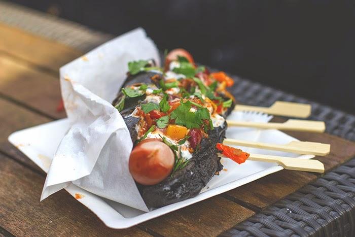 Chili-Hot-Dog im Sepia-Brötchen von The Wurst Case Szenario beim Street Food Festival in Köln