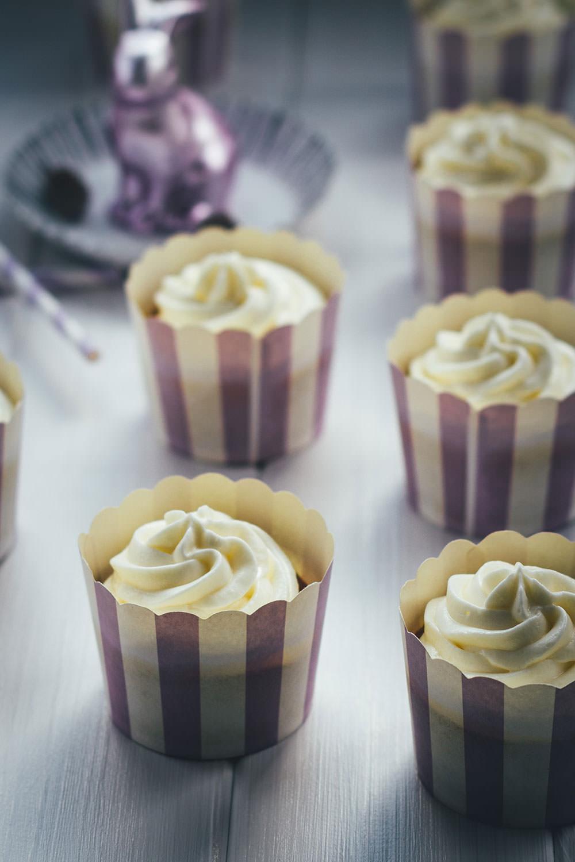 Rezept für saftige Carrot Cupcakes – klassischer Carrot Cake oder Rüblikuchen in Cupcake-Form | moeyskitchen.com #cupcakes #carrotcupcakes #carrotcake #möhrenkuchen #rüblikuchen #rüblitorte #ostern #carrotcakecupcakes #backen #rezepte #foodblogger