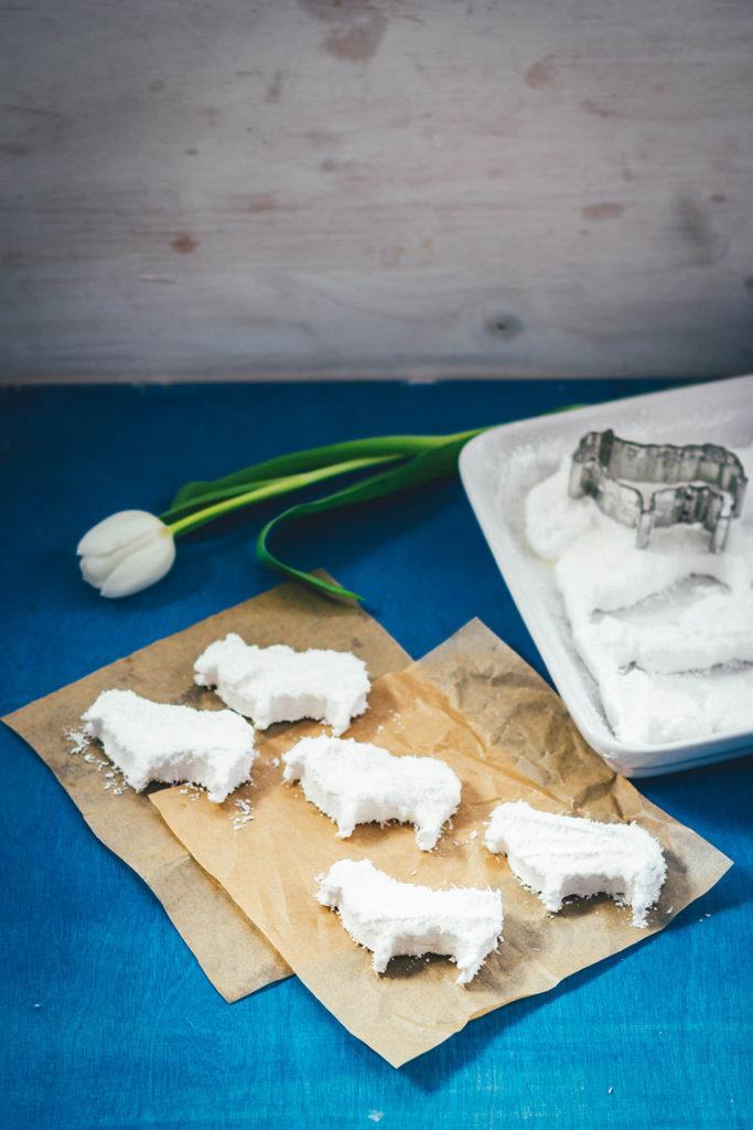 Süße Kokos-Marshmallows in Form von Schäfchen sind eine tolle Idee für Ostern! | moeyskitchen.com