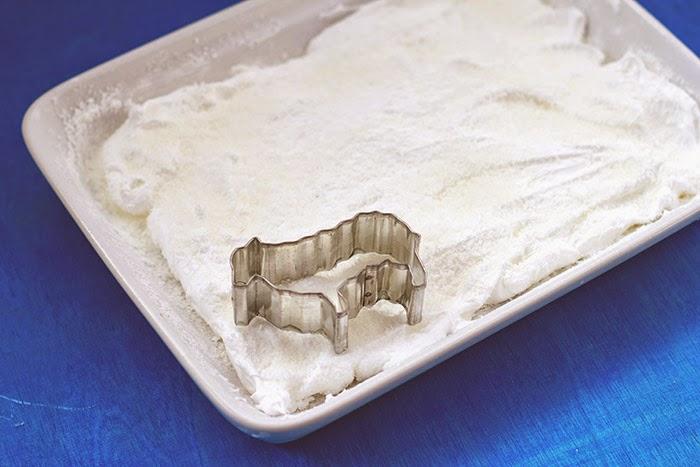 mit Hilfe einer Keksausstechform kann man einfach kleine Schäfchen aus der Marshmallowmasse ausstechen
