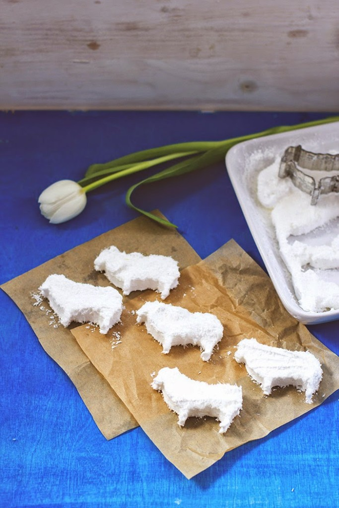 kleine Schafherde auf der Ostertafel, ausgestochen aus Marshmallowmasse, dekoriert mit Kokosflocken