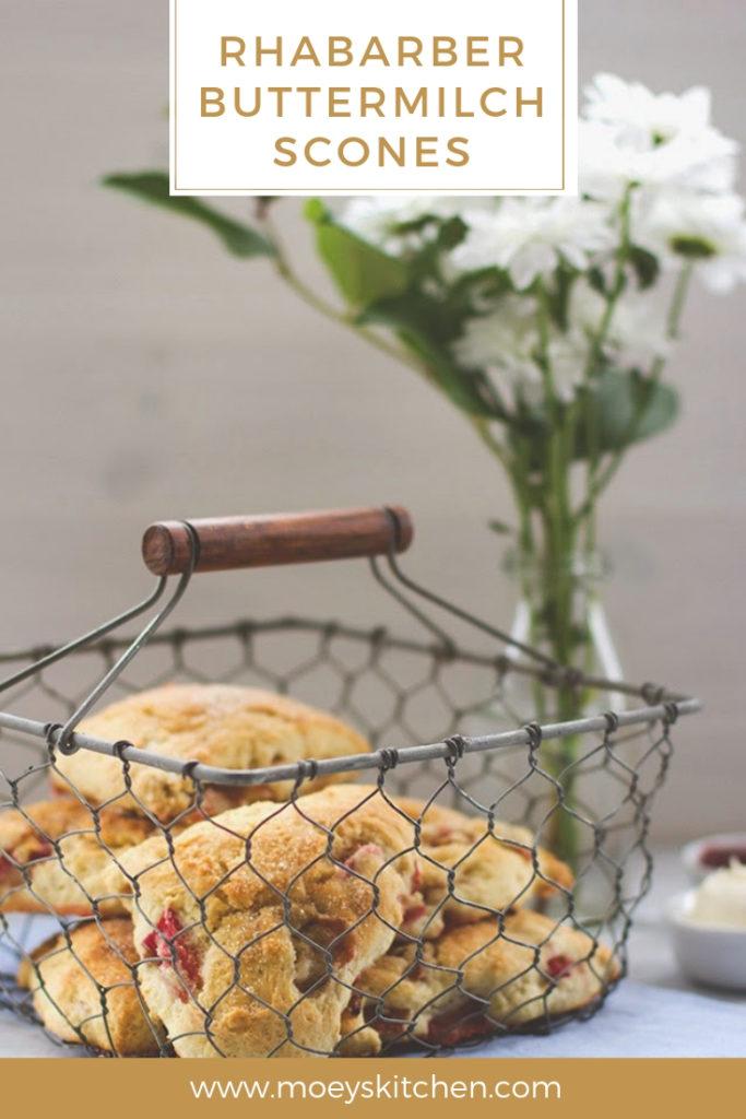 Rezept für leckere Rhabarber-Buttermilch-Scones | für das Sonntagsfrühstück im Frühling | moeyskitchen.com #frühling #rhabarber #scones #buttermilch #frühstück #brunch #sonntagsfrühstück #foodblogger #rezepte
