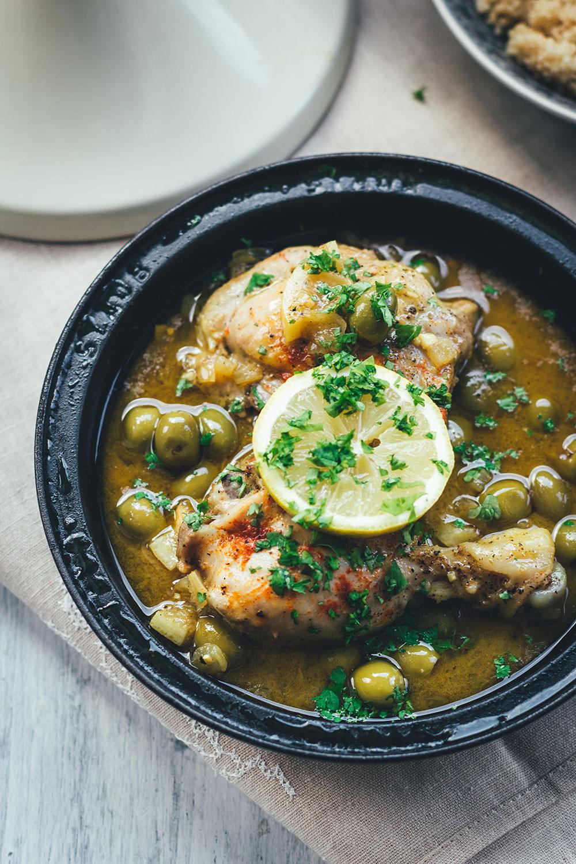 Rezept für Tajine (Tagine) - orientalisches Schmorgericht mit Hähnchenschenkel, Oliven und Zitrone, serviert mit Couscous | moeyskitchen.com #tajine #tagine #hähnchen #oliven #zitronen #levanteküche #orientalischeküche #couscous #rezepte #foodblogger #kochen #abendessen