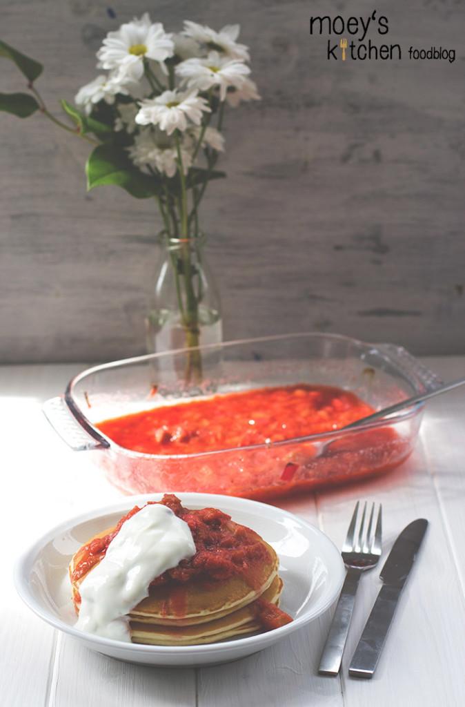 frische Buttermilchpfannkuchen mit ofengerösteten Erdbeeren und Rhabarber für REWE regional #7xregional