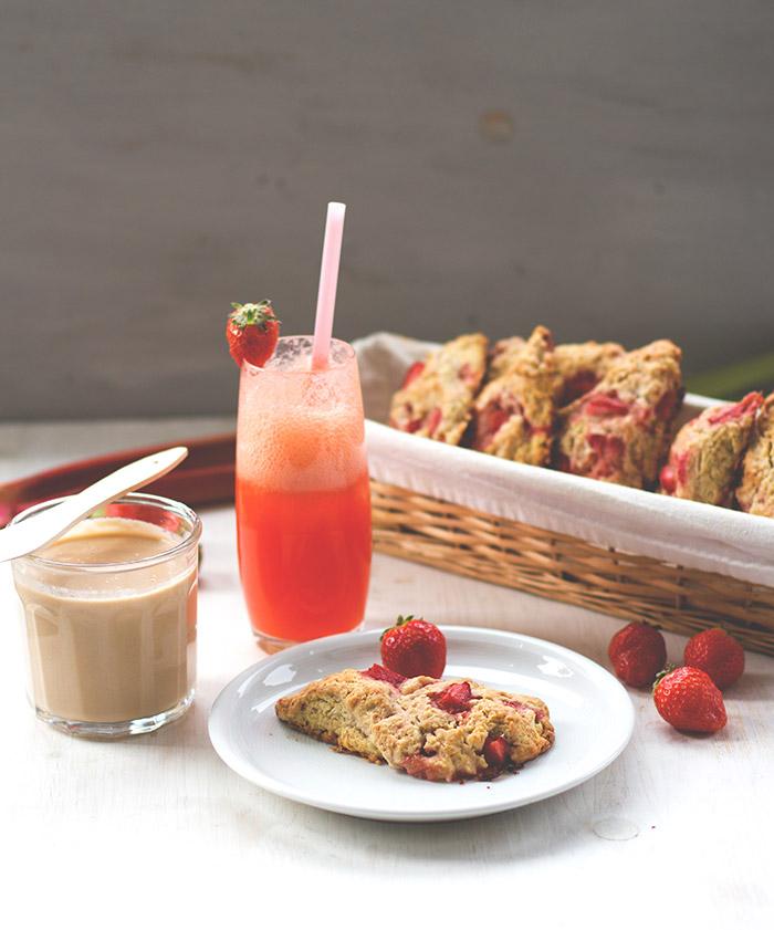Sonntagsfrühstück deluxe mit Erdbeer-Sahne-Scones, Rhabarber-Curd aus dem Thermomix und frischer Erdbeer-Limo