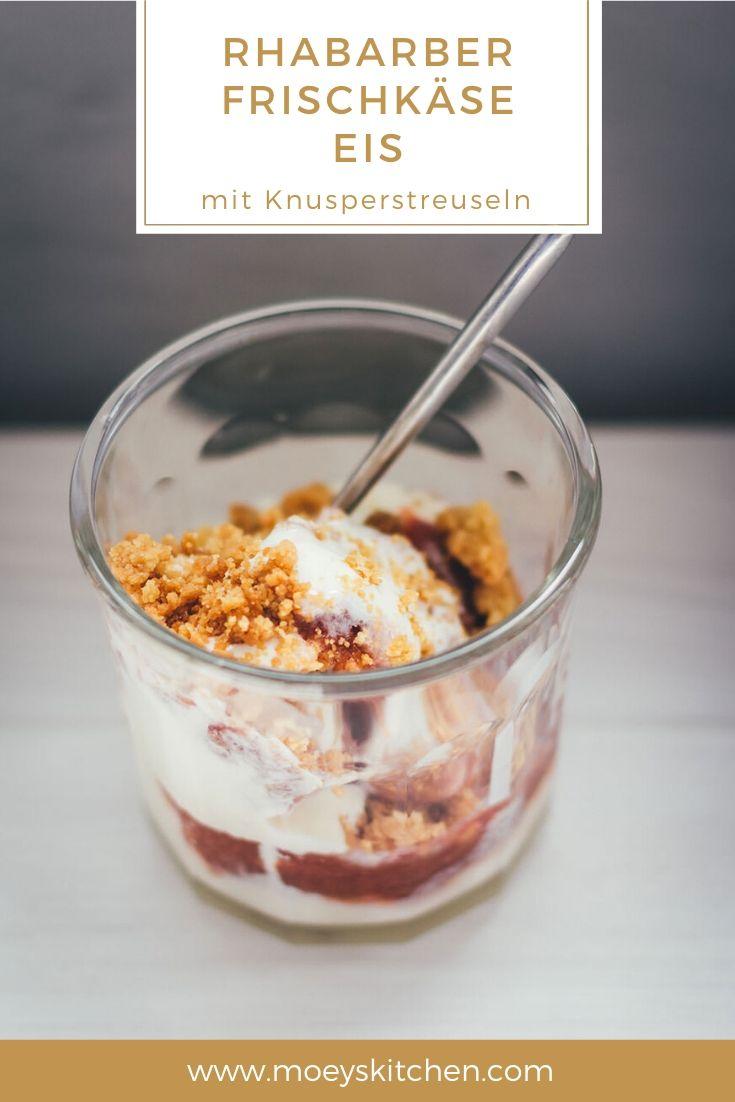 Rezept für cremiges Rhabarber-Frischkäse-Eis mit Streuseln | mit frisch gekochtem Rhabarber-Kompott und selbst gebackenen Streuseln | moeyskitchen.com #eis #eiscreme #rhabarber #rhabarbereis #eisselbermachen #rezepte #foodblogger
