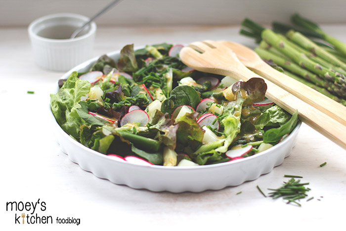 frischer grüner Blattsalat mit Spargel, Radieschen und Schnittlauch mit Honig-Senf-Dressing für 7xregional REWE Regional