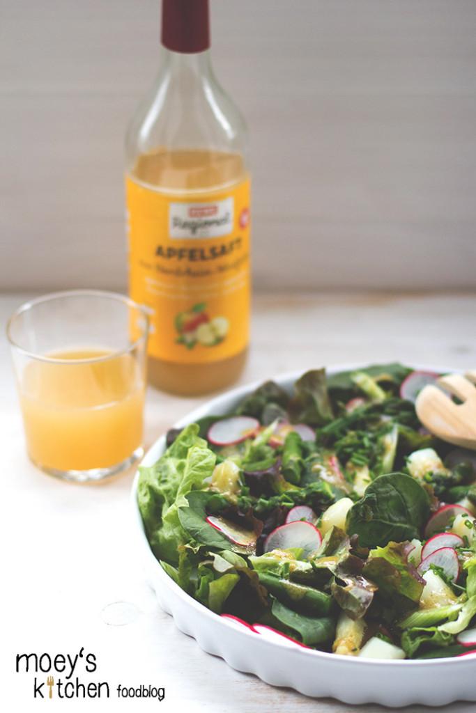 Salat mit Spargel, Radieschen und Honig-Senf-Dressing, dazu Apfelsaft von REWE Regional für #7xregional