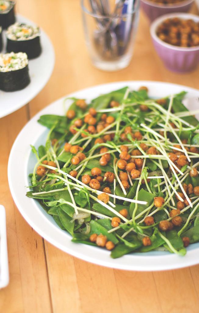 Zuckerschoten-Salat mit Erbsensprossen und gerösteten Kichererbsen aus dem Ofen für die Metro Kochherausforderung