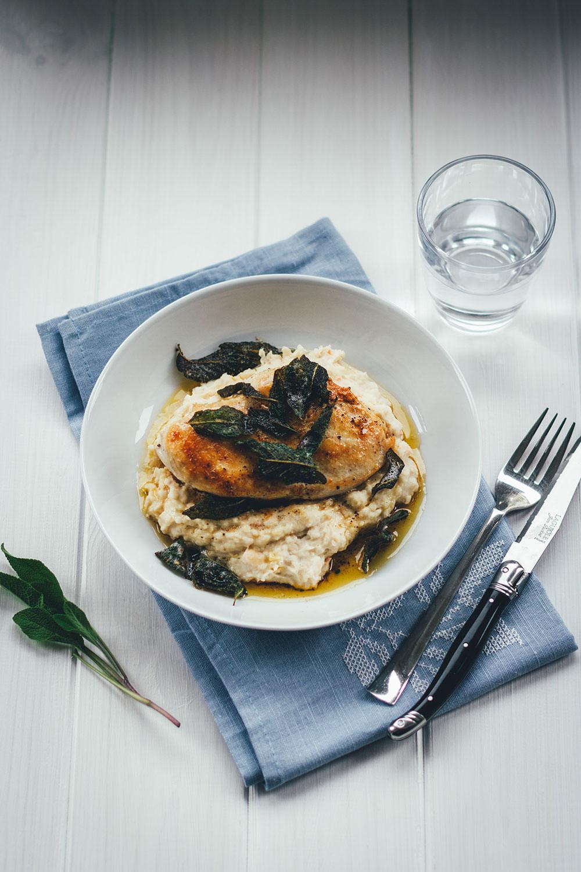 Rezept für Hähnchenbrustfilet mit Bohnen-Ziegenfrischkäse-Püree und Salbeibutter | moeyskitchen.com #hauptgericht #schnellerezepte #feierabendküche #rezepte #foodblogger