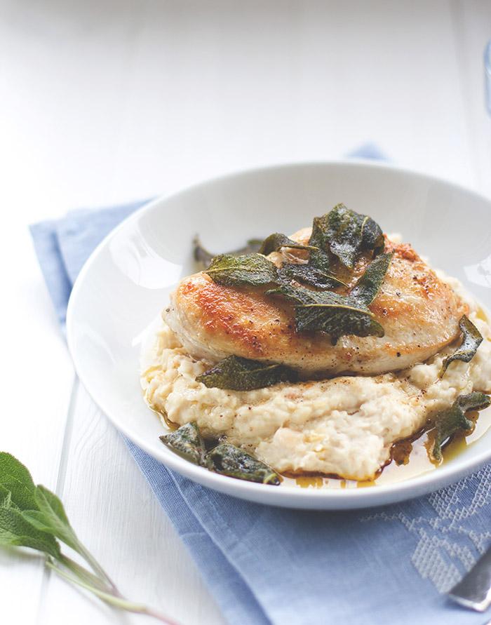 Rezept für schnelle Feierabendküche: Saftige Hähnchenbrust mit Bohnen-Ziegenfrischkäse-Püree und Salbeibutter