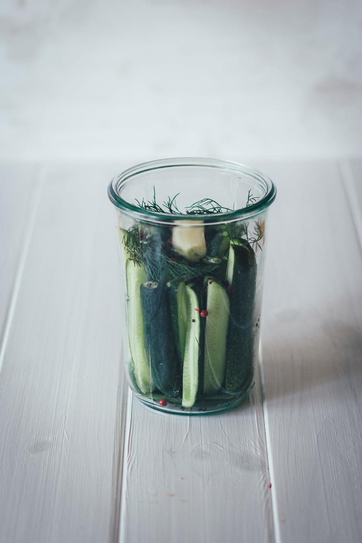 Rezept für eingelegte Gurken | Gewürzgurken und saure Gurken einfach selbst gemacht | Einkochen & Einmachen im Spätsommer | moeyskitchen.com #gurken #gherkins #eingelegtegurken #sauregurken #gewuerzgurken #einkochen #einmachen #einlegen #sommerrezepte #rezepte #foodblogger #homemade #selbstgemacht